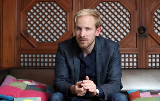 네덜란드에서 떠오른 젊은 사상가인 뤼트허르 브레흐만이 20일 서울 졸로구 가회동 김영사에서 본지와 인터뷰를 하고 있다. 김상선