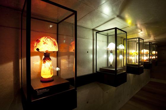 유민미술관 2층 '램프의 방' 벽을 장식한 형형색색 아르 누보 스탠드. [사진 유민미술관]