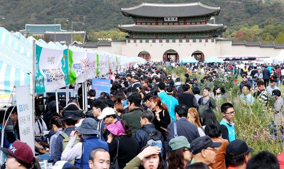 '2017년 위아자 나눔장터'가 22일 서울·부산·대구·대전에서 열렸다. 이날 서울 광화문광장 나눔장터에는 20만여 명의 시민들이 참여했다. [최승식 기자]