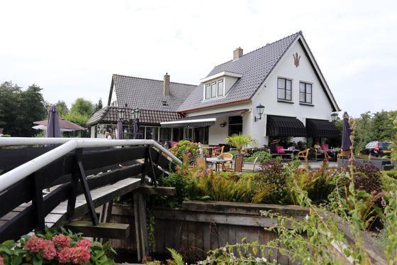 히트호른으로 여행객을 끌어들이는 일등공신은 롯지와 농가를 숙소로 운영하는, '더 담스 반 더 욘허'다. 보이는 건물은 호텔 레스토랑과 리셉션으로 쓰인다.