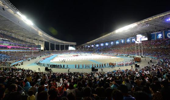인천아시아드주경기장에서 열린 '2014 아시안게임 폐막식'에서 45개국 선수단들이 입장하고 있다. [중앙포토]