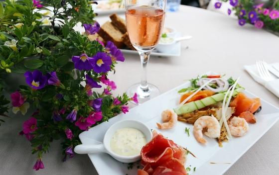 더 담스 반 더 욘허의 레스토랑. 80~90%의 식재료를 네덜란드에서 공수한다.