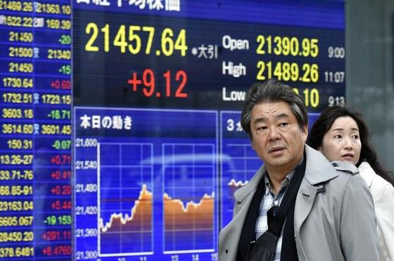 57년 만의 '14일 연속 주가 상승'이란 대기록을 세운 지난 20일 도쿄 시민들이 닛케이지수가 나오는 금융가 전광판 앞으로 지나가고 있다. [도쿄 EPA=연합뉴스]