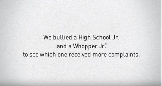 """""""중학생(High school jr.)들의 왕따와 와퍼주니어 부수기(왕따), 사람들은 어느쪽에 항의할까""""를 묻는 버거킹의 왕따예방 캠페인. [미국 버거킹 동영상 캡처]"""