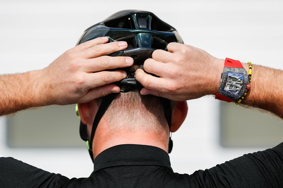 손목이 안쪽으로 꺾이는 자전거 선수를 위해 케이스를 곡선으로 만든 시계. [사진 리차드밀]