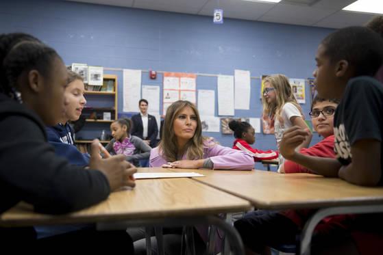 오차드 레이크 중학교를 찾아간 멜라니아 트럼프 여사. (David Guralnick/Detroit News via AP) <저작권자(c) 연합뉴스, 무단 전재-재배포 금지>