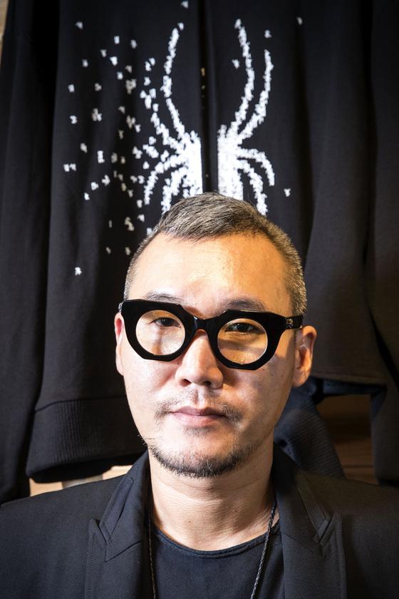 영화 '미이라' 개봉에 맞춰 유니버셜 스튜디오와 협업한 강동준 디자이너. 장진영 기자