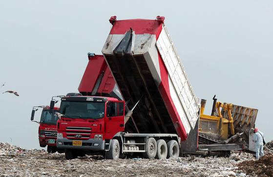 인천시 서구 수도권매립지 2매립장에서 쓰레기를 쏟아내고 있는 화물차량. 위 사진은 기사와 무관함. [연합뉴스]