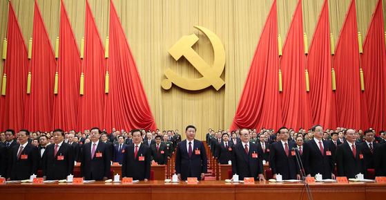 지난 18일 제19차 중국 공산당 전국대표대회에 참석한 시진핑(가운데) 국가주석과 정치지도국 상무위원 7인, 전 국가주석 등이 개막식 선포에 맞춰 기립하고 있다. [베이징 신화=연합뉴스]