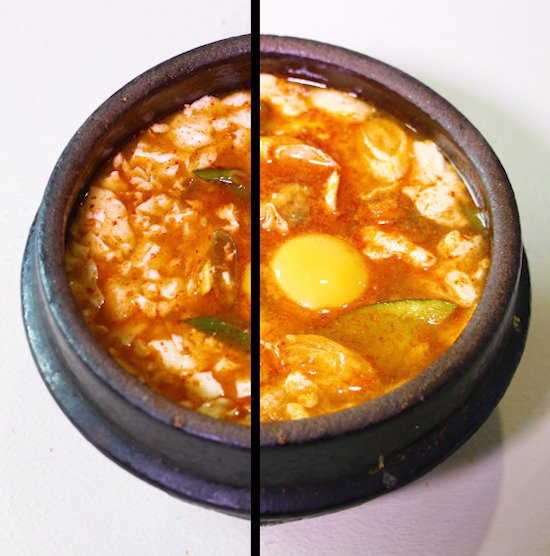 순두부찌개 양념에 적힌 조리법대로 조리한 것(왼쪽)과 호박, 바지락살을 더 넣어 끓인 똑같은 제품의 간편식 순두부. 계란이 똑같이 들어가는데도 원래 레시피상으로는 달걀이 가라앉아 보이지 않는다.