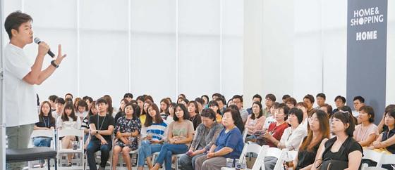 홈앤쇼핑은 신사옥 이전과 함께 주민 50여 명을 초청해 유명인사의 강연을 여는 '크런치(Creative Lunch Forum)' 행사를 열었다. [사진 홈앤쇼핑]