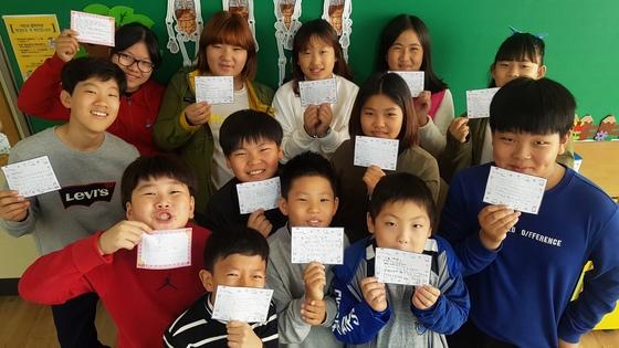 트럼프 미 대통령에게 손편지를 쓴 인천시 옹징군 백령초등 5학년 학생들. [사진 백령초교]