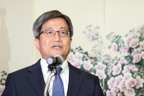 김명수 대법원장이 25일 열린 취임기념 간담회에서 인사말을 하고 있다. 김경록 기자