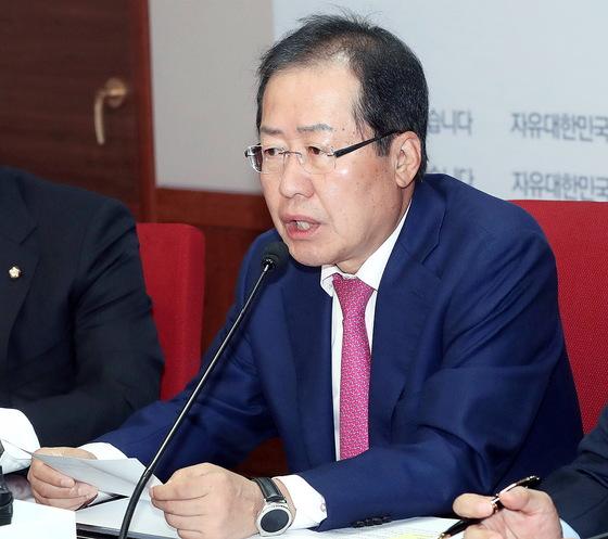 홍준표 자유한국당 대표가 지난 16일 서울 여의도 당사에서 최고위원회의를 주재하고 있다. [중앙포토]