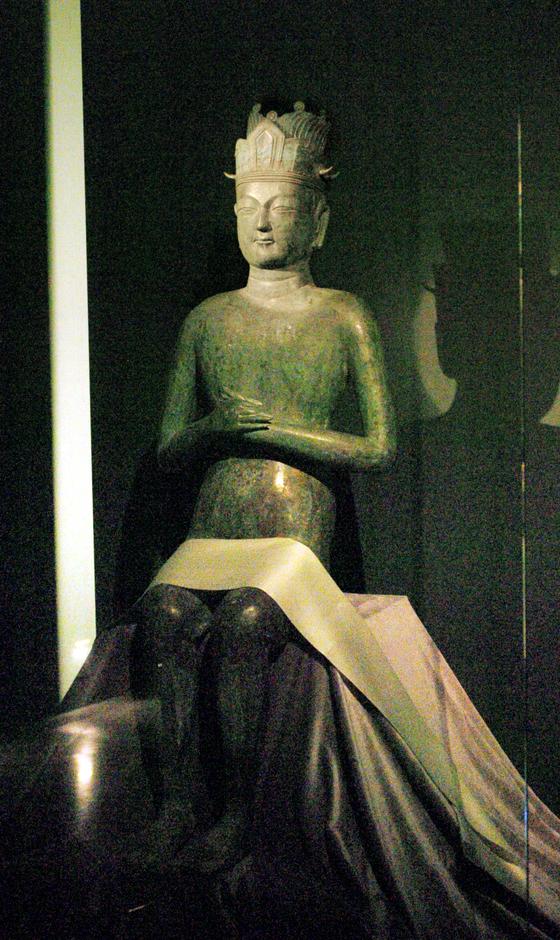 2006년 국립중앙박물관에서 열린 '평양에서 온 국보들'에서 공개된 태조 왕건의 청동상. [중앙포토]