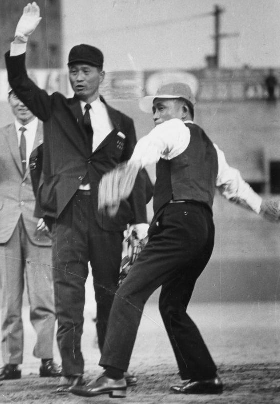 박정희 전 대통령이 1967년 4월 25일 제1회 대통령배 고교야구 개막전에서 시구를 하고 있다. [중앙포토]