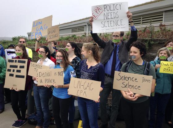 지난 23일(현지시간) 내러갠셋 만 근처 환경 콘퍼런스 발표 장 앞에서 환경보호청(EPA)을 비난하는 시위가 벌어지고 있다. [AP=연합뉴스]