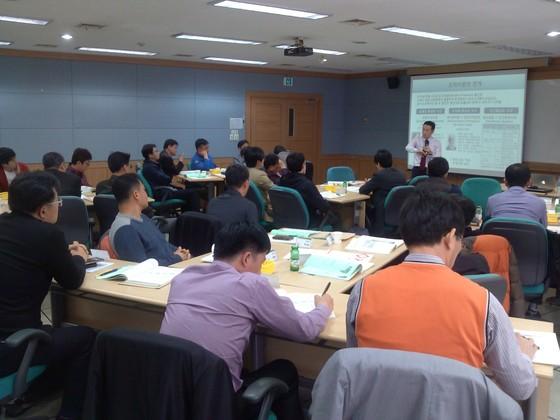 교육생들이 중소기업의 성과를 높이는데 필요한 조직 운영 기법에 대한 강의를 듣고 있다.  [사진제공=중앙경제HR교육원]