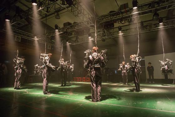 '다빈치 크리에이티브 2017'에서 개막공연으로 선보인 관객 참여형 로봇 퍼포먼스 '인페르노'. [사진 금천예술공장]