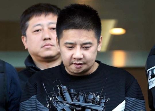 이영학이 13일 서울 중랑경찰서를 나와 검찰에 송치되고 있다. 조문규 기자