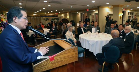 홍준표 자유한국당 대표가 24일(현지시간) 미국 버지니아주 타이슨스코너 우래옥에서 열린 동포간담회에서 북핵 문제에 대해 언급하고 있다. [연합뉴스]