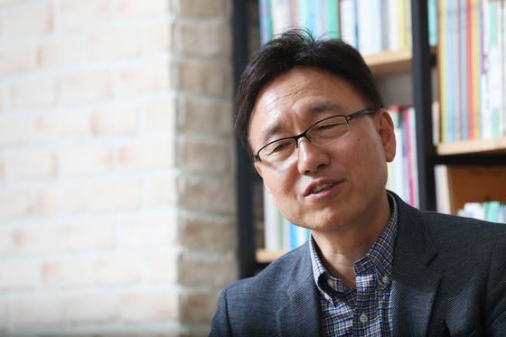"""박상훈 정치발전소 학교장은 """"1987년 민주화 이후 우리 사회가 품고 있던 '실현되지 않은 약속'을 집약해서 촛불 광장에서 요구한 것""""이라고 말했다."""