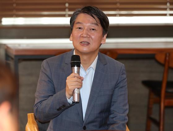 국민의당 안철수 대표가 26일 오후 서울 중구 동국대학교에서 열린 '공정한 취업, 미래를 준비하는 청년들과의 만남'에서 청년들과 4차 산업혁명에 관해 얘기를 나누고 있다. [연합뉴스]