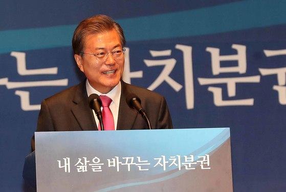 문재인 대통령이 26일 전남 여수시 수정동 여수엑스포 컨벤션홀에서 열린 '제 5회 지방자치의 날 기념식'에서 발언을 하고 있다. 청와대사진기자단