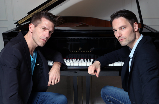 2009년부터 대결 방식의 공연을 하고 있는 피아니스트 안드레아스 컨(왼쪽)과 폴 시비스. [최정동 기자]