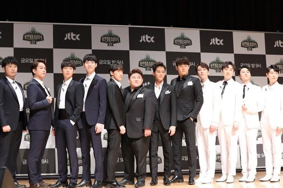 '팬텀싱어2' 출연진들이 26일 오전 상암 JTBC 사옥에서 진행된 '팬텀싱어' 출연진 간담회에 참석해 포즈를 취하고 있다. [뉴스1]
