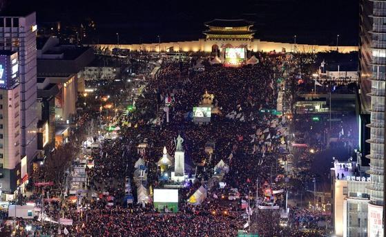 지난 2월 25일 저녁 서울 광화문광장에서 열린 촛불집회 때의 모습. [중앙포토]