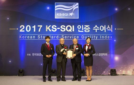 박종구 서강대학교 총장(가운데 왼쪽), 백수현 한국표준협회장(가운데 오른쪽)