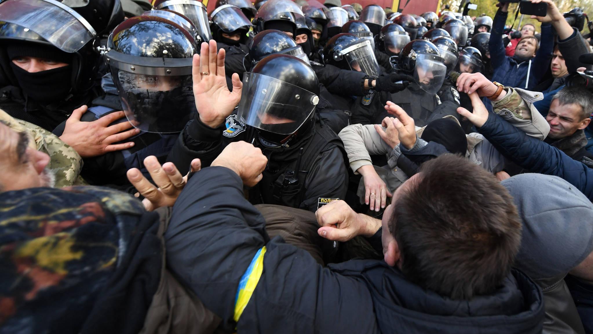 지난 22일(현지시간) 우크라이나 키예프 국회의사당 앞에서 열린 페트로 포로셴코 우크라이나 대통령 반대 집회에서 시위대와 경찰이 몸싸움을 벌이고 있다.[AFP=연합뉴스]