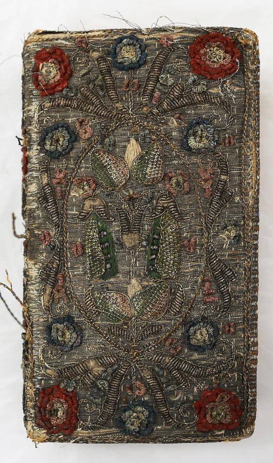 1629년 발행 자수장식 성서. [사진 계명대]