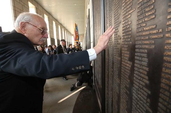 진 폴 화이트(90)가 25일 서울 용산 전쟁기념관의 6·25 전사자 명단에서 전사한 전우들 이름을 찾고 있다. [오종택 기자]
