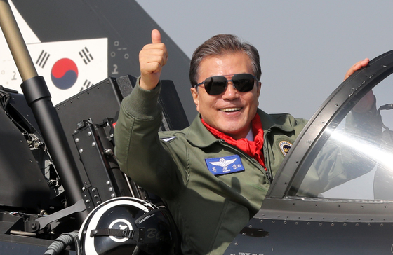 문재인 대통령이 17일 오전 성남 서울공항에서 열린 '서울 ADEX 2017' 국제 항공우주 및 방위산업 전시회 개막식에서 멋진 시험비행을 보인 블랙이글스 조종석에 올라 엄지를 치켜세우고 있다. [연합뉴스]