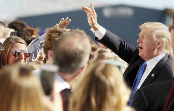 25일(현지시간) 도널드 트럼프 미국 대통령이 댈러스에 도착해 지지자들과 인사를 나누고 있다. [AP=연합뉴스]