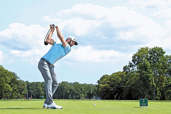 세계랭킹 1위 더스틴 존슨은 PGA 투어 거리 부문 2위다. 최근 세계랭킹 상위권에는 존슨 같은 장타자들이 대다수다. [AFP=연합뉴스]