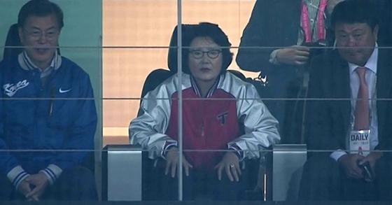 문재인 대통령과 김정숙 여사가 25일 오후 두산 베어스-KIA 타이거즈의 2017 프로야구 한국시리즈 1차전을 관람하고 있다. 김 여사(가운데)가 경기에 몰입한 모습. [사진 MBCㆍ온라인 커뮤니티]