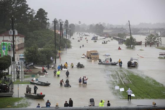 초강력 허리케인 '하비'가 미국 텍사스주를 강타한 가운데 텍사스주 최대 도시 휴스턴이 28일(현지시간) 물에 잠기자 구조보트들이 주민들을 안전한 곳으로 실어나르고 있다.[AFP=연합뉴스] HOUSTON, TX - AUGUST 28: People walk down a flooded street as they evacuate their homes after the area was inundated with flooding from Hurricane Harvey on August 28, 2017 in Houston, Texas. Harvey, which made landfall north of Corpus Christi late Friday evening, is expected to dump upwards to 40 inches of rain in Texas over the next couple of days.  Joe Raedle/Getty Images/AFP == FOR NEWSPAPERS, INTERNET, TELCOS & TELEVISION USE ONLY ==/2017-08-29 02:24:27/ <저작권자 ⓒ 1980-2017 ㈜연합뉴스. 무단 전재 재배포 금지.>