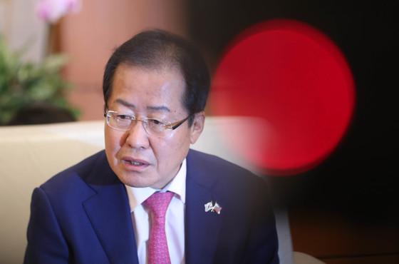 홍준표 자유한국당 대표가 23일 전술핵재배치등을 논의하기 위해 미국으로 출국했다. 홍 대표가 출국에 앞서 기자간담회를 하고 있다. 강정현 기자