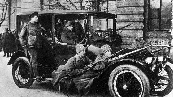 로마노프 왕정을 무너뜨린 1917년 러시아 2월 혁명 직후 병사들이 거리를 순찰하고 있다. [중앙포토]