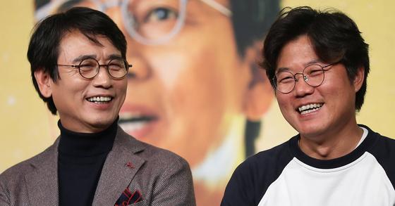유시민 작가(왼쪽)와 나영석 PD가 26일 오후 서울 영등포구 타임스퀘어에서 열린 tvN '알쓸신잡2' 제작발표회에서 환하게 웃고 있다. [연합뉴스]