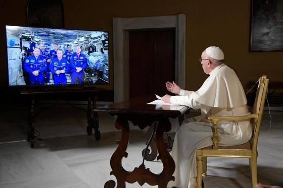 26일 프란치스코 교황이 국제우주정거장에 머무는 우주인들과 화상통화를 하고 있다. [EPA=연합뉴스]