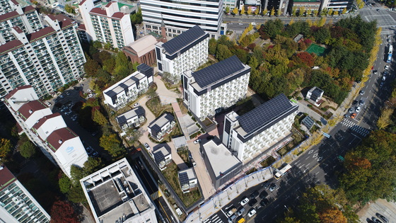 서울시 노원구가 2013년부터 국토교통부 공모사업으로 추진한 에너지제로주택 '이지하우스'. 건물 지붕과 외벽 곳곳에 검은 태양광 패널이 부착돼 있다. [사진 서울시]