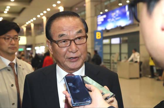 자유한국당 서청원 의원이 26일 해외 국정감사 일정을 마치고 일본에서 인천국제공항을 통해 귀국하며 취재진의 질문에 답하고 있다. [연합뉴스]