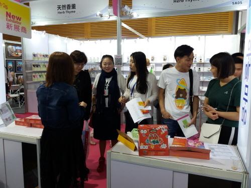 천전시회를 찾은 중국 소비자들은 한글 소재로 한글한판 보드게임에 많은 관심을 보였다.