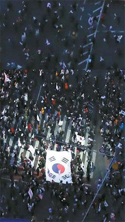 박근혜 전 대통령 탄핵을 반대하기 위해 모인 태극기집회의 모습. [중앙포토]