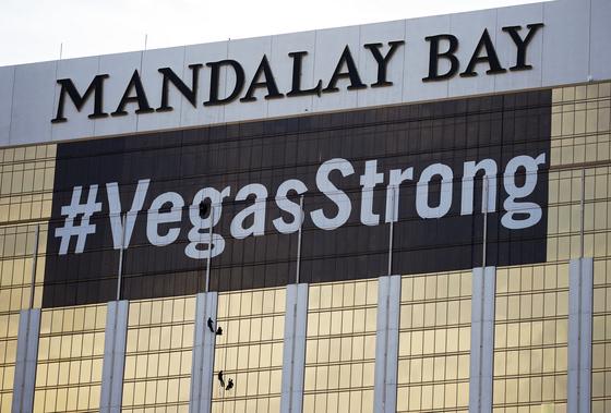 지난 16일(현지시간) 라스베이거스 만달레이 베이 호텔 벽면에 총기 참사의 후유증을 극복하려는 슬로건이 내걸렸다. [AP=연합뉴스]