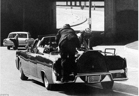 케네디 전 대통령이 총격을 받았을 당시 차에 뛰어 오르고 있는 경호원 킬린트 힐. [AP}